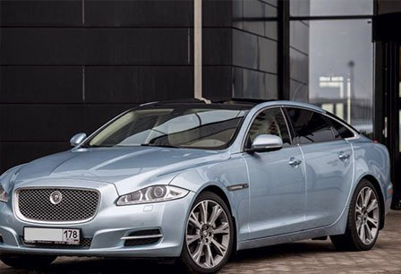 Jaguar XJ Long<br>Ягуар XJ Long напрокат в эксклюзивном цвете Cristal Blue.